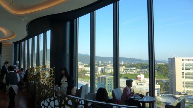 7月にも熊本市に行って来たばかりですが、桜町の熊本交通センター跡地に、大規模商業施設(SAKURA MACHI Kumamoto)が9月14日にオープンし、そこに新ホテル(ホテルトラスティプレミア熊本)が10月9日に開業したので、その大規模商業施設散策と新ホテル宿泊目的メインで、再度熊本市に行って来ました。<br /><br />SAKURA MACHI Kumamoto公式サイト:https://sakuramachi-kumamoto.jp/<br /><br />ホテルトラスティ プレミア 熊本公式サイト:https://trusty.jp/kumamoto/<br /><br /><br />今回の日程行程は下記の通りです。<br /><br />10月27日(日)<br /><br />博多 11:41-新幹線つばめ321号(800系)-熊本 12:30<br /><br />800系新幹線公式サイト:https://www.jrkyushu.co.jp/trains/800/<br /><br />・桜の馬場 城彩苑<br />・熊本城二の丸広場<br />・熊本市役所14F展望ロビー<br />・繁華街散策<br />・SAKURA MACHI Kumamoto内&屋上庭園散策<br /><br />ホテルトラスティ プレミア 熊本 泊<br /><br />スタンダードダブルルーム(約17平米) 9,900円<br /><br />開業記念料金 ハイフロア(9~13F指定) ビュッフェ朝食無料<br /><br /><br />10月28日(月)<br /><br />・水前寺成趣園<br /><br />熊本 13:35-新幹線さくら556号-博多(N700系) 14:13<br /><br />N700系新幹線公式サイト:https://www.jrkyushu.co.jp/trains/700/<br /><br /><br /><br />「ホテルトラスティプレミア熊本」宿泊翌日&ビュッフェ朝食時の様子です。<br /><br />コメントは、一部を除いて省略させて頂きます。<br /><br />『ホテルトラスティプレミア熊本』宿泊当日編は下記です。<br /><br />https://4travel.jp/travelogue/11563291<br /><br /><br />