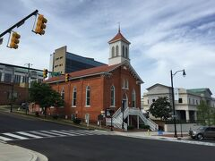 アラバマ州 モントゴメリー ー キング牧師 記念教会は大通り沿いにあります。