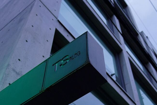 大阪市北区松ケ枝町にあるSEASビルは、安藤忠雄さんの設計により1991年に完成した広告制作会社の大阪本社ビルです。<br /><br />建築基準法の斜線制限規定(道路境界線または隣地境界線から建築物までの離隔距離に応じて、建築物の各部分の高さが一定の角度の斜線内に納まるようにすることで、道路上空や隣棟間に空間を確保しようとする規定)をクリアしなければならないためか、6階以上の部分を後方にセットバックさせる構造になっています。<br /><br />次に、大阪市北区天満にあるTSビルは、安藤忠雄さんの設計により1986年に完成したテナントビルです。<br /><br />ビル名の「TS」は、なんと今年の2月にお亡くなりになった堺屋太一氏のイニシャルだそうで、6階は堺屋太一事務所になっています。<br /><br />堺屋太一と安藤忠雄という、ともに時代を動かした人物がタッグを組んで生まれたTSビルは、大物の風格をも漂わせる作品となっています。