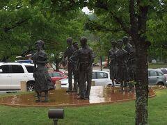 アーカンソー州 リトルロック ー アーカンソー州議事堂前にはリトルロックナインの像