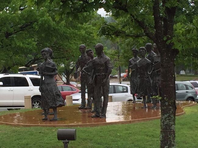 アーカンソー州議事堂の敷地内にはリトルロックナインの像があるらしいです。是非とも見なければ。。