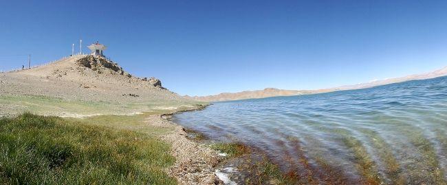 西チベットのアリに滞在中、インドとの国境に近いパンゴンツォ(パンゴン湖、班公錯)まで日帰りで往復しました。<br />パンゴンツォの標高は4250m、面積は604平方kmなどとなっています。<br />国境にまたがる湖とは言っても、全長約150kmという細長い形をしており、しかも観光先としては、湖のいちばん東側の一部の湖岸だけに限られていたため、緊迫した雰囲気はありませんでした。じっさい、遊覧船まで発着していました。<br />なお、このパンゴンツォが、今回のツアーではいちばん北西の果てとなりました。個人的には1982年にインドヒマラヤ・ザンスカールのトレッキングをしたことがありますが、そこからそれほど遠くない場所を37年後に訪れることができたという点でも感慨深いものがありました。<br />
