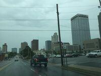 アーカンソー州 リトルロック ー ダウンタウンを走ります。