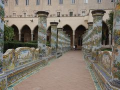 サンタ・キアーラ教会の回廊・庭園を見る。陶板タイルの装飾がうつくしい。
