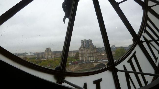 以前ツアーで行ったフランス。<br />ツアーは見所を効率よく回れて、何より安心感があります。<br />でも、あの場所に行きたいとか、もう少しゆっくり見たいという個人的な希望は叶えられません。<br /><br />パリに滞在して、自分たちのペースでまわりたいと思い、飛行機とホテルを予約して旅行してきました。<br /> <br /><br />効率よくまわるために、日本で行きたい所をピックアップしてどんなふうにまわるかあれこれ考えました。ガイドブックを見たり、ネットで検索したり・・<br />これはこれで楽しかったのですが、だんだん疲れてきてとうとう途中で放り出してしまいました。<br />行ってから天気と相談して決めようということになりました。<br />パリ以外で行きたい所はシャルトルとベルサイユでした。<br /><br />パリ5日目 火曜日<br />あまり天気がよくなかった今回の旅行で一番天気が悪い一日でした。<br />ほぼ一日中雨が降っていました・・<br />
