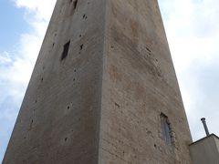 Tarquinia は城壁に囲まれた丘の上の都市。塔もおおい。