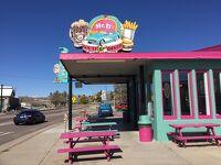 アリゾナ州 キングマン ー ミスターD'sダイナー は60年代のアメリカのようなルート66沿いのレストラン
