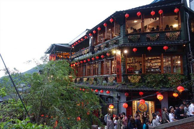 僕は久しぶりの台湾<br /><br />最近もトランジットは頻繁なんだけどなかなか市内に出ることがない<br /><br />息子は初めての台湾ということで<br /><br />それなら九份にでも連れて行ってあげようと<br /><br />ちなみに中国人が台湾への観光ビザを取るのは今相当厳しいそうな・・・<br /><br />でも最近の九份はアジアの観光客でごった返している様子で帰りのバスは乗るのに2時間待ちとの情報<br /><br />タクシーもぼったくりだらけだそう<br /><br />15年前は静かな街だったのになぁ<br /><br />通常なら1,100台湾ドル(4,000円)程度の料金を2,000台湾ドル、天気が悪いと3,000台湾ドルとか言うタクシーもある様子<br /><br />行きはヨイヨイで行ったはいいけど階段だらけだし疲れ切ったところで帰りの待ち時間は嫌だなぁといろいろ考えて<br /><br />結局行きも帰りも同じタクシーをチャーターして夕方まで待たせたw<br /><br />夕方の日暮れまでに帰る人は気にしなくて大丈夫だとおもう<br /><br />薄暗くなった頃から急にダダ混みになる様子<br /><br />台北でも西の方からタクシーで九份まで行く人は珍しいようで道も知らず「なにもないところだよ」と運転手も怪訝な顔w<br /><br />九份より十份だよ・・・きれいな滝があるって<br /><br />いや、そこはいいですwww<br /><br />台湾人でも未だ九份のことを知らない人も多いのねと驚く<br /><br />台北の西側からだと九份まで車で90分程度<br /><br />基本ずっと高速なので楽ちん<br /><br />土日は更に混むということだったので一日ずらして金曜日にしたけどそれでもインスタ映え名所は人混み<br /><br />景色が絶景で有名な近くのカフェもすべて予約客で埋まってる<br /><br />なので、九份に行きたい人はここで一泊宿を取るほうがいいかもね<br /><br />早朝、夜は観光客がいなくなってとても静かなんだそう<br /><br />あたり一面飲食店やらおみやげさん、コンビニもあるし宿泊しても何も困ることはなさそう<br /><br />崖の一番上まで登ったけど特に何もなし<br /><br />裏道が沢山あるので探索してみると楽しいよ<br /><br />人一人が入れるような通路とか昔はこうやって街を守ってたんだろうねぇ<br /><br />ちなみにバスで来る人はバス停からだとかなり階段を登ることを覚悟しないとね<br /><br />タクシーだと一番上の登山口のセブンイレブン前で降ろしてもらうと少しだけ楽ができる<br /><br />お手洗いはバス停前の警察署横の公共トイレがウォシュレットも完備できれいなのでおすすめ<br /><br />ちなみに70歳超えた高齢者は上に行くまで大変かも<br /><br />特に下りも急だし膝に負担がかかっちゃう<br /><br />足腰強いうちに行ったほうがいい<br /><br />あと山なのでカーディガンや傘なんかは必ず持っていこうね<br /><br />天候があっという間に変化するよ<br /><br /><br />動画はこちらで<br />https://youtu.be/NObg3ylJXSA
