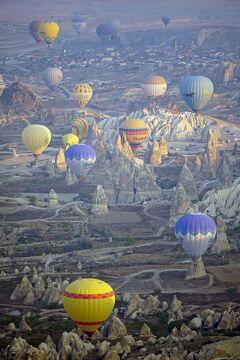 トラピックス「トルコ大周遊15日間」(11)トルコ建国記念日は150のバルーンツアーの気球と共に地上1000メートルの空の上から祝う。