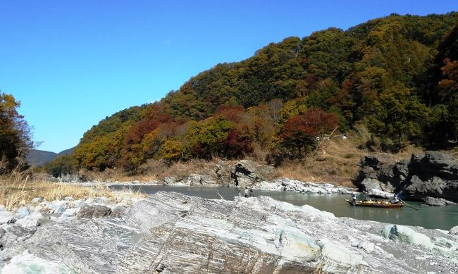 今年2019年はあいつぐ台風災害のおかげで、紅葉がいまいちきれいではないと言う。そんななか、今回も、紅葉を求めて、埼玉は長瀞まで行ってきた。<br /> 長瀞は以前から、紅葉の時期に行ってみたいと思っていたところで、岩畳という奇景が広がってると言う、渓谷好きの私向きの観光地である。<br /> また、長瀞は山と神社もある。今回は渓谷だけでなく、宝登山の山麓にある宝登山神社にも行ってきた。渓谷含めていずれも駅から十分徒歩圏内にある。<br /> 紅葉は真っ盛りで、特に、月の石公園のあたりは、錦秋一色。奇岩の周りを黄色や朱色で染めた木々は美しかった。<br /> 台風の爪痕は渓谷にも明らかに残されて、所々風景が荒れてはいたが、それを差し引いても来てよかったと十分思える所だ。都心からちょうど2時間で行ける近さがポイント、平日でも川下りは満員だった。<br /><br /> コースは、長瀞駅‐岩畳‐渓谷沿い歩く‐月の石公園‐駅に戻り昼食-宝登山神社-駅から帰宅 <br /> 後半では、そのうち、月の石もみじ公園の残りと、宝登山神社を紹介する。