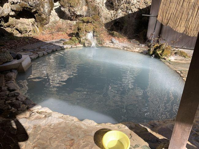 温泉に行こうと思いたって、一度行きたいと思っていた白骨温泉に行ってきた。道中、夏タイヤで行けるのか心配になり温泉観光案内所に電話で確認すると「昨日雪が降って日陰は気をつけてくれれば大丈夫」との事だった。実際、温泉近くになって日陰は少し凍結してる場所もあった。もうシーズンオフに入るため、やってない温泉宿も多かったけど案内所の前の公共野天風呂で入浴してきた。崖を階段で降りた川沿いにとても趣きのある野天風呂があり、平日のお昼くらいのせいかひとりしか入浴してる人がいなく、お湯の温度もいい湯加減で天気も良くとてものんびりできた。入浴した公共野天風呂も来週で閉鎖されるそうで間に合って良かった。
