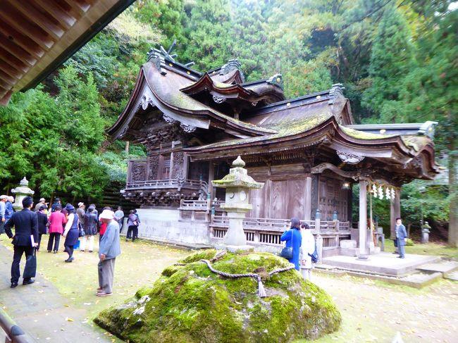 地区老人会の旅行で、福井・石川を訪ねる旅で、口コミを投稿しようとしたが、登録されていないということで、こちらから紹介しようと思いました。<br />紹介したいのは、福井県越前市大瀧町にある、大瀧・岡太神社。神社は古来からの由緒ある処と感じたのですが、がっかりしたのは、「御朱印」。お寺さんは写経やら、戒名・法名を常日頃手掛けることから、筆文字は上手だけど、神社は本来の御朱印とは筋が違うし、筆文字には慣れておられないので、神社では余り御朱印は戴かなかったのですが、紙漉き・和紙の神様と案内があったし、二つの神社で、500円。いつもより100円安いと思ったのがいけなかった。<br />戴いた御朱印(添乗員が纏めて拝受)は次の写真の通り、<br />同じ敷地内で二つの神社が寄り添ってるとのことで、合同朱印。書かれた日付は無しでした。御朱印は旅の記念ではないので、日付はいらないか!これまで神社仏閣で2冊満杯の御朱印を頂いたけど、日付が入っていないのは初めて。<br />表題の写真は大瀧神社、本殿と拝殿が一緒になって居る。<br />エリアは越前海岸ではないけれど、これしか選べれなかった。所在地は越前市大滝町