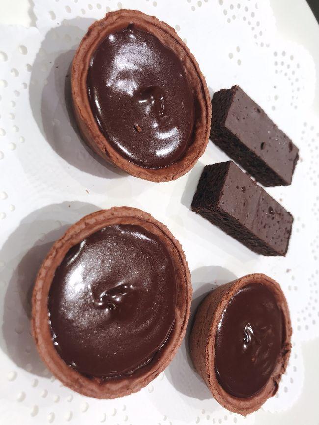 JR京都駅 2階 西口改札前 亰 にある<br />TheObroma990 というチョコレート専門店がおすすめ!<br /><br />濃厚な生チョコタルトやカカオラテが、めっちゃ美味しかった!!!<br /><br />お土産にDariKのプレミヤムチョコレートを買って帰りました!<br />京都に来たら、絶対行くと決めています!<br />ほんとうにおすすめー!