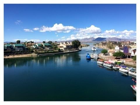 グランドキャニオンに次いでアリゾナ州観光客数2位のレイクハバスシティーをドライブしました。川沿いのホテル泊まる家族や若者が多いようです。