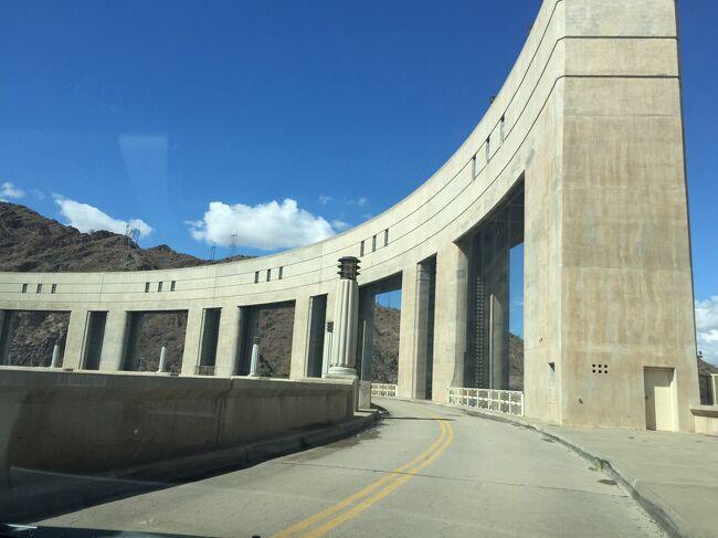 パーカーダムはコロラド川にあるダムで、その美しさにシャッターをきりました。。ここで発電された電力はアリゾナでなくカリフォルニアに送電されるそうです。