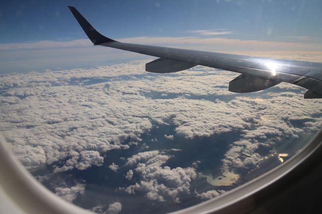 伊丹空港から長崎空港へ、ジェイエアのE190で飛ぶ。航路上は雲が多く、その上、陽ざしがまぶしく景色を楽しむことはできない。<br />伊丹から長崎までのフライトの様子と、機窓からの風景をご覧ください。
