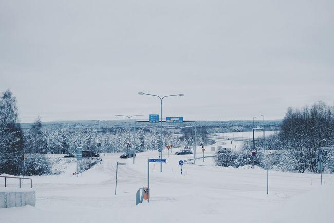 今年も3泊5日のフィンランド<br />今年は乗り継いで憧れの北極圏へ<br />寒いけど雪景色が最高に良かったです。<br /><br />目的地のロヴァニエミに到着したのは5時半過ぎ。<br />関空からのスーツケースも無事に着いており安心した。<br /><br />ロヴァニエミ空港に着いて機内よりでると寒さを実感できて、直ぐに手荷物のダウンを羽織りました。<br /><br />市内への行き方は事前に調べていたエアポートバスを利用。空港出たら直ぐにお兄さんが立っていて、行き先のホテルを伝え荷物を預ける。バスに乗り込むと結構人が乗っていました。<br />支払いは7ユーロで、確か降りるときに払いました。カードOK◎<br /><br />雪道なのにしかも夜なのにビュンビュン飛ばすバスにヒヤヒヤしながら乗っていました。途中、サンタクロースビレッジの、ホテルに寄ったので少しイルミネーションを見られた。<br /><br />自分のホテルを聞き逃さないよう景色も見ながらも油断せずいました。車内は陽気なイタリア人?が、賑やかに歌っていたな。<br />自分のホテルに着いて降りた瞬間、長いフライトの疲れか、ピキピキッと、首が寝違えたように痛くなり動かせないくらいになりました。<br /><br />早口なフロントの英語に少し戸惑うも、とりあえずチェックインを済ませて部屋へ。<br /><br />