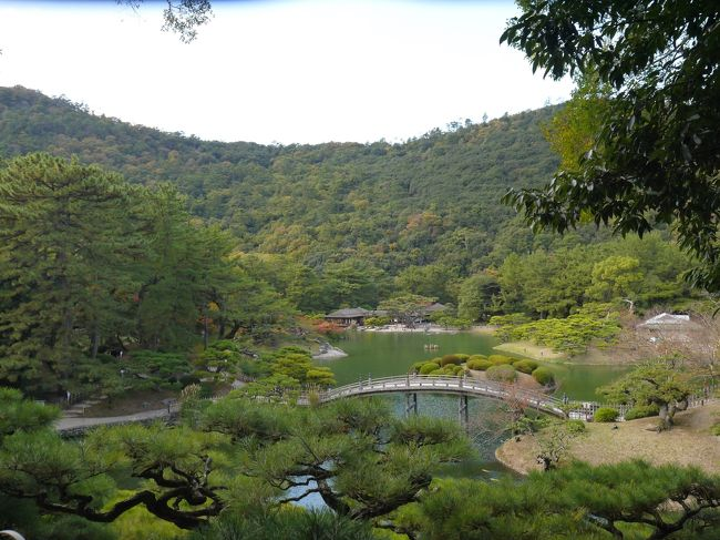 今の時期は紅葉前線が南下中ですが、京都辺りでは広葉樹よりも人の数のほうが多いことが予測されます。先日の伏見稲荷でコリゴリ!<br /> <br />四国は高知と松山へ行きましたが、うどん県の高松はまだ。<br />で、小豆島の寒霞渓での紅葉を期待しての香川県旅行を計画しました。ちょっと距離がありますので、旅行時間を1日伸ばして3泊4日にしました。<br /> <br />定番の、高松城と栗林公園を巡り、金毘羅さんの階段へも挑戦です。<br /> <br /> <br />初日  高松入りして、高松城と栗林公園散策<br />2日目 小豆島 定期バスツアー参加<br />3日目 金毘羅さん参拝 体力が残っていれば善通寺も<br />最終日 屋島散策<br /> <br />計画では密度の濃い旅程になりましたが、さて?どこまで回れるやら?<br />今回も、ドタバタした旅行になりそう?(^^♪<br />