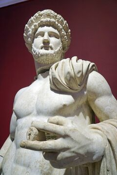 トラピックス「トルコ大周遊15日間」(21) ペルゲ遺跡を訪れた後はアンタルヤ考古学博物館で発掘品を見て歴史の復習と新たな発見をする。