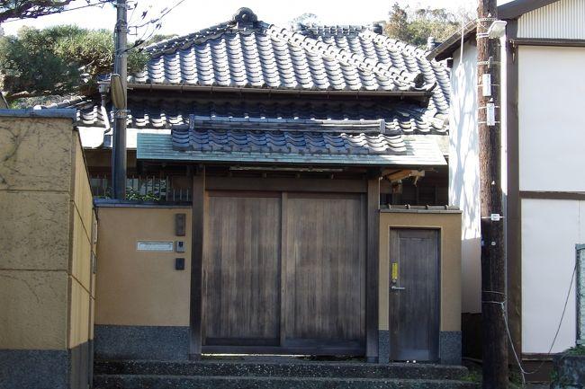 甘縄神明神社の鳥居の横の奥にはひっそりと佇む1軒の家がある。川端康成記念館である。<br /> 文豪と呼ばれる川端康成(明治32年(1899年)~昭和47年(1972年))は大正から昭和の戦前・戦後にかけて活躍した近現代日本文学の頂点に立つ作家の一人である。昭和43年(1968年)にノーベル文学賞を受賞した。「伊豆の踊子」、「雪国」、「千羽鶴」などの小説が知られている。しかし、昭和47年(1972年)に、ガス自殺をした。遺書は無かった。<br /> 毎年、11月に入ると誰々がノーベル文学賞受賞を逃したと報道される。しかし、日本文学で最初にノーベル文学賞を受賞したのが故川端康成である。<br /> 一方、平成6年(1994年)にノーベル文学賞を受賞した大江健三郎(昭和10年(1935年)~)は84歳になったが、健在である。勿論、自殺した川端康成(享年72歳)よりはご高齢になっている。<br /> この10年は開館しているのを見たことがない。これほど著名な文学者の記念館が実質閉館されているのはそうそうないことであろうか。近くに鎌倉文学館があり、著名な文学者の旧宅もこうして川端康成記念館として残されている。あるいは吉屋信子記念館もある。このように、「鎌倉文士」といわれる文士たちが多く居住していた鎌倉において、その雄である川端康成の記念館が長らく閉館していることは残念に思える。<br /> なお、鎌倉文士が鎌倉に居住するようになったのは横須賀線が開通(明治22年(1889年))してからのことである。しかし、鎌倉時代末期から既に「五山文学」(https://4travel.jp/travelogue/11396351)として漢文学が盛んな地となっていた。そうした文学の地が鎌倉だったのである。<br />(表紙写真は閉館中の川端康成記念館)