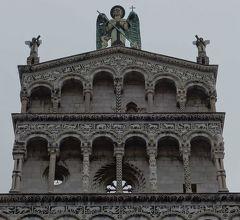 Luccaでピサ・ルッカ様式の教会を見る。