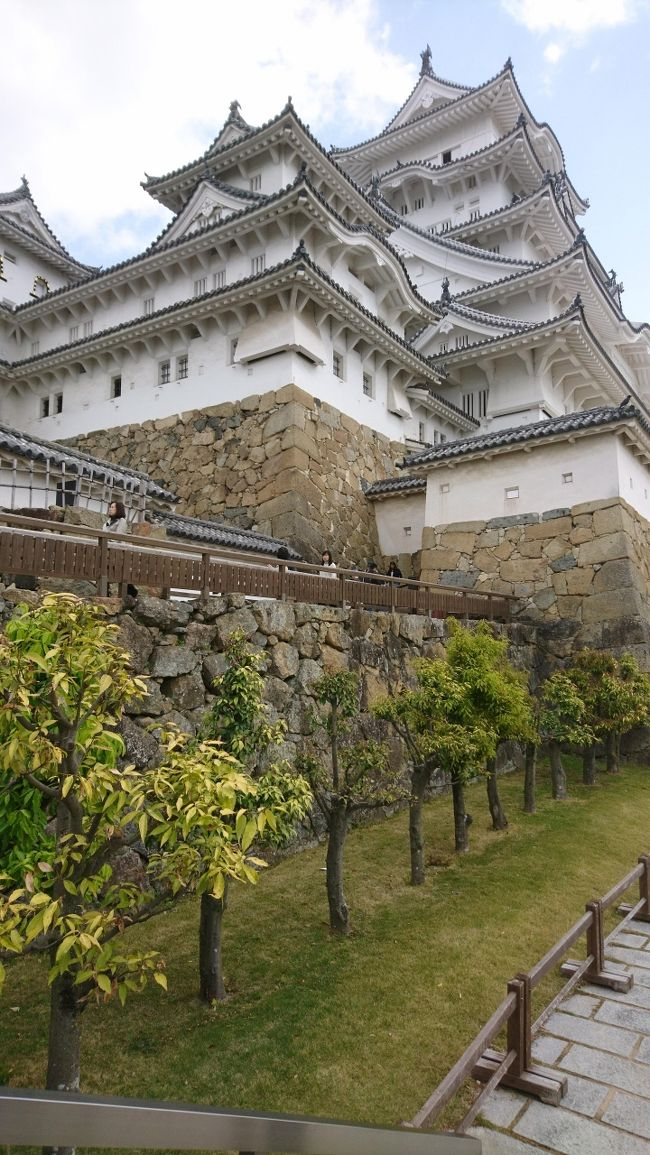 日本中の城で今も天守閣が残るのは12城です。災害や明治の廃城令、そして太平洋戦争にも耐えて残った12の城に敬意をこめすべての城を回ってみようと思いました。まずは、ひときわ美しく世界遺産にも登録されている兵庫の姫路城です。