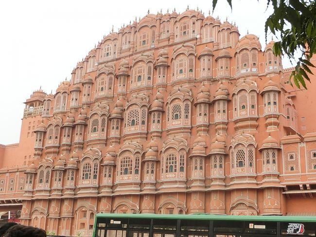 インド デリー・ジャイプール・アグラ魅惑のトライアングル旅行の第2弾、②ジャイプール編です。前回の旅行記は①デリー編でした。その続きになります。ジャイプールはピンク・シテイとも呼ばれていて、どんなピンク色が有るのかが今から楽しみです。風の宮殿、アンベール城、ジャンタル・マンタル等観光の目玉が揃っている場所で、本当に、観る前からワクワクものでした。