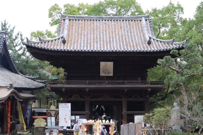 松山道後温泉の近くに建つ石手寺は、四国八十八か所霊場の第五十一番札所で、本尊には薬師如来をお祀りしています。また、遍路の元祖とされる衛門三郎の再来伝説ゆかりの寺として知られています。お遍路さんよりも 、地元市民の初詣・厄払い、観光客が多い寺で、その参拝客数は愛媛県でトップです。<br /><br />仁王門が国宝、本堂・三重塔・鐘楼・護摩堂など6つが国の重要文化財です。この他、歴史的文書6点(重要文化財)が宝物殿に展示・保管されています。また、パワースポットも多く、弘法大師の巨大像・仕合せの鐘・五百羅漢・マントラ洞窟・お砂なで・玉の石・元気石・子宝石など盛りだくさんです。