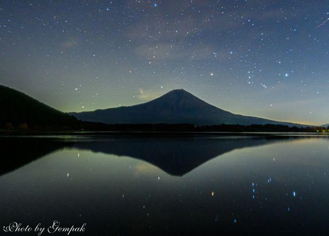 11月17日から3泊4日で今年最後の山中湖ロッジ滞在を楽しんできた。今回の滞在の目的はいつものように伊豆の老人ホームに入所している義母の慰問(滞在記(1)で投稿済み)、山中湖、河口湖周辺の紅葉狩り(滞在記(2)で投稿済み)、そして数年はまっている富士山と星空撮影である。<br />この季節の星空は冬の星座が主役だ。8時過ぎに冬の主役オリオン座が東の空に昇ってくる。そして夜が更けるにつれて、南から西へ移動していく。オリオンの動きに合わせて、富士宮の田貫湖→本栖湖→精進湖→山中湖と移動しながら、富士山とオリオンが構図に収まるように狙って夜中のドライブで一夜を明かした。当然、連れ合いはこんなことに付き合うことはなく、ロッジで夢の中である。