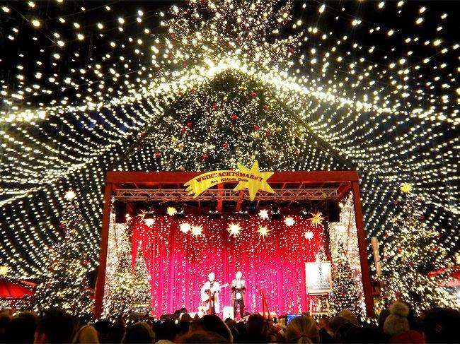今年もまた、ドイツのクリスマスマーケット巡りへ☆<br /><br />3年目の今回は、3泊5日でケルン~フランクフルト~ハイデルベルグ周辺を。<br />前半はお一人様で電車とバス、後半はドイツ出張組と合流してドライブで巡り、大小さまざま11ヵ所の街々でクリスマスを堪能♪<br />恒例のご当地カップコレクションも大収穫で、集めたカップは実に19個!<br />おまけに新三大悲劇(喜劇かも)までついてきて、アクティブに楽しんで参りました。<br /><br />前編はケルンとその周辺。<br />①ブリュール(地味に世界遺産)<br />②ボン(旧西ドイツの都、ベートーベンの故郷)<br />③ケルン(大聖堂の街)<br /><br />夕方着いたその足で三都市を周り、夜景とグリューワイン三昧♪<br />特にケルンのクリスマスマーケットは、多彩な会場とゴージャスな歴史的建築物とのコラボで最高でした!<br /><br />★11/28(木)成田→デュッセルドルフ→ケルン<br />☆11/29(金)ケルン→モンシャウ→アーヘン→フランクフルト<br />☆11/30(土)ドライブ<br />☆12/01(日)フランクフルト→<br />☆12/02(月)羽田