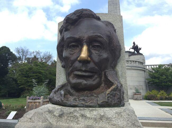 スプリングフィールドの北部にあるオークリッジ墓地に埋葬されたリンカーンは1865年の大統領在任中にワシントンDCのフォード劇場で暗殺され、妻のメアリーの意向で人生の大半を過ごしたスプリングフィールドに運ばれたそうです。1874年に民間の寄付で今の墓になり、彼は大きな大理石の棺に入り、メアリー婦人と息子たちとともに葬られています。アーリントン墓地についで全米で2番目に訪問者の多い墓地とされているようです'。