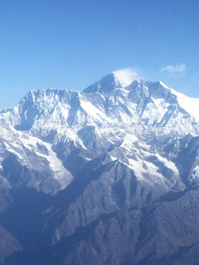 7日目、いよいよ帰国の日です。が、その前に昨日できなかったヒマラヤ遊覧飛行に再チャレンジです。<br />山に詳しい方は天気がわかるようで、前日からガイドさんも、「明日はたぶん大丈夫」とのことでした。その通り、無事に飛べて世界最高峰、エベレストをしっかりこの目で見ることができました。<br /><br />11/21(木)羽田集合<br />11/22(金)バンコク経由カトマンズ着 ナガルコット泊<br />11/23(土)バクタプル観光 カトマンズ発ポカラ着<br />11/24(日)トゥラコットハイキング<br />11/25(月)ポカラ観光<br />11/26(土)エベレスト遊覧飛行、カトマンズ観光<br />11/27(日)カトマンズ発バンコク経由羽田へ<br />11/28(月)羽田着