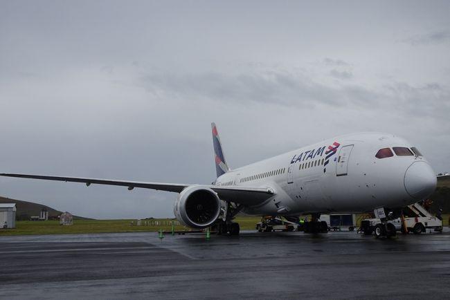 JAL一筋のJGC会員のアラフィフ夫婦が約2ヶ月で世界一周をしています。<br />16フライトの世界一周の10フライト目はイースター島へ出発!<br />今回の世界一周は「イースター島には必ず行く!」と必須の場所。<br />イースター島へはラタム航空しか定期便が就航していないため、<br />ワンワールドの世界一周航空券ならではの目的地だそうです。<br />サンチアゴから5時間の国内線フライト、チリ国内移動です。<br /><br />※LATAM航空がワンワールドから脱退のニュースが9月に出ています。<br /> ワンワールドの世界一周航空券の目玉なのに残念。<br /><br />【世界一周のルート】<br /> 11カ国14都市を約2ヶ月で巡ります。<br /> ①アジア:  デリー→クアラルンプール<br /> ②ヨーロッパ:  ドーハ→リスボン →マドリード→プラハ→ロンドン<br /> ③南米:  ブエノスアイレス→サンチアゴ★→イースター島<br /> ④オセアニア:  シドニー→ヌメア→ブリスベン→メルボルン<br /><br />【航空券】ワンワールド・エクスプローラー・世界一周運賃<br />     (4大陸、ビジネスクラス利用)<br />【旅のスタイル】スーツケース派<br />【宿泊先】ホテル or サービスアパートメント