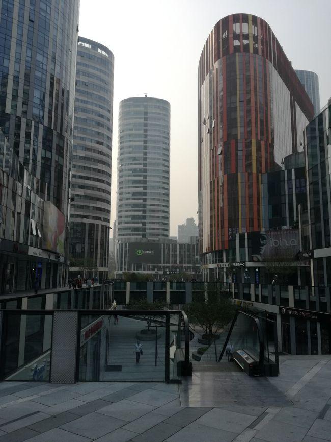 """まだまだ行きたい場所が多い。何しろ広いので大変です。表紙写真は北京三里屯SOHO。<br /><br />14年前の北京は2008年のオリンピックを控えた建築ラッシュでそこら中にクレーンが聳えて、路は埃だらけだった。<br /><br />アパートの西側にある中紡のアパーを挟む西と北はサッカー場三つほどの更地になっており、一面に瓦礫とか, 捨てられた家具などが散乱している。一部残っている空き家の壁には """"拆?畍""""(取り壊し、立ち退き)とペンキで書かれている。さらにその北のバー街の西側はショッピングモールが建築中で仮設の壁で遮蔽されており中は見えない。壁と道路の間は出稼ぎの工事関係の労働者の寝泊まりするテントが並んでいる。<br /><br />日本人向けの雑誌で近くに焼鳥屋があることを知り、自転車で行ってみた。やっと探し当てたら例の更地のはずれに数軒残っている古い家の一軒で、店の前は葦簀で囲い、天井はトタン屋根、チョット入るのに躊躇した。中国人の作る炭火の焼鳥は美味かった。<br /><br />其の更地の現在が表紙の写真です。<br /><br /><br /><br /><br /><br /> <br /><br /><br /><br /><br /><br />"""