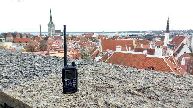 「Go2DX! 小型アマチュア無線機を持って海外旅行」、私の旅のコンセプトです。<br /><br />返還前の香港で英国のアマチュア無線の試験を受け合格、その後英国本土に渡り上級となった筆者は、15年後に縁がありエストニアの電子市民になりました。それを記念してエストニアでのコールサインを取得、今回念願だった「無線機片手にエストニア周辺旅行」を敢行、その珍道中を紹介します。<br /><br />今回はその1。2019年10月28日午後、ヘルシンキ港からタリン旧市街の、今回基地とした宿までの道中記です。<br /><br />