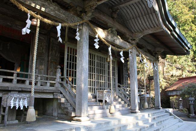 神様に御呼ばれして、奈良の秘境の玉置神社へ行ってきました。<br /><br />五條市から168号を南下。<br /><br />十津川村を超えてから、玉置神社方面へ。峠道をえんえんと走ります。冬は凍結するので、スタッドレス&チェーンがあった方がいいかもしれません。<br /><br />車一台分の車幅しかない部分もあり、途中の道を工事しているのでダンプカーも走っています。玉置山展望台へ向かって、玉置神社の駐車代につきます。<br /><br />そこから、鳥居をくぐり参道を進みます。20~30分山道を行くと玉置神社につきます。<br /><br />玉置神社はひっそりとそこあります。神社内の空気はちがう感じがします。<br /><br />https://ja.wikipedia.org/wiki/%E7%8E%89%E7%BD%AE%E7%A5%9E%E7%A4%BE<br /><br />そこから、玉置神社をあとに168号に、途中栩川村で道の駅で休息。<br /><br />さらに北上、天川村方面に!またまた、峠道をえんえんと走ります。<br /><br />天川村へ到着。天河神社と天川温泉があります。天河神社の駐車場へ。バス、車結構多いです。<br /><br />参拝客は非常に多いです。<br />https://ja.wikipedia.org/wiki/%E5%A4%A9%E6%B2%B3%E5%A4%A7%E5%BC%81%E8%B2%A1%E5%A4%A9%E7%A4%BE