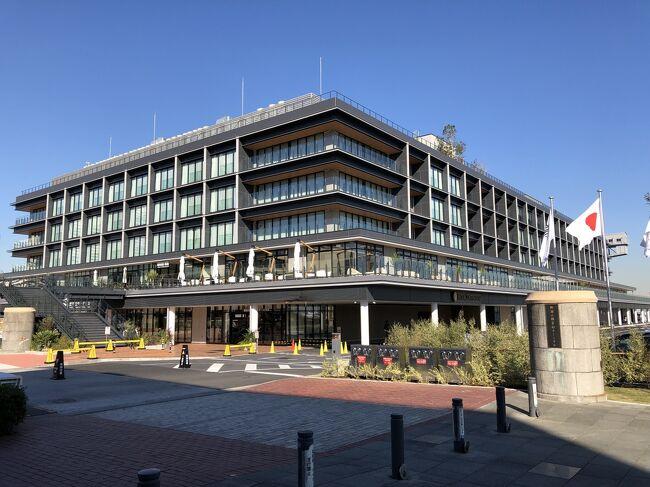 横浜・みなとみらい『YOKOHAMA HAMMERHEAD』<br /><br />2019年10月31日に「客船ターミナル」を中核に「ホテル」及び「商業施設」<br />を備えた複合施設『横浜ハンマーヘッド』がオープンしました!<br /><br />『横浜ハンマーヘッド』は地上5階建てで、施設のコンセプトは街と陸・<br />海・空をつなぐ海の駅を意味する「ヨコハマ ウミエキ」であり、また、<br />横浜で2つ目となるインターコンチネンタルブランドの5つ星ホテル<br />「インターコンチネンタル横浜Pier 8(InterContinental Yokohama <br />Pier 8)」が入るなど、以下の4つで施設・公園で構成されています。<br /><br /><横浜ハンマーヘッド(YOKOHAMA HAMMERHEAD)><br />1)客船ターミナル「新港ふ頭客船ターミナル(SHINKO PIER CRUISE <br />TERMINAL)」(1階)<br /><br />2)ホテル「インターコンチネンタル横浜Pier 8(InterContinental <br />Yokohama Pier 8)」(1~5階&RF/客室は3~5階に計173室)<br /><br />3)商業施設「ハンマーヘッド SHOP&RESTAURANT(HAMMERHEAD <br />SHOP&RESTAURANT)」(1~2階/新業態や全国初出店など計25店舗)<br /><br />4)公園「ハンマーヘッドパーク(HAMMERHEAD PARK)」<br />(2020年3月オープン予定)<br /><br />2020年6月17日には横浜・みなとみらい21地区に『ザ・カハラ・ホテル<br />&リゾート横浜(THE KAHALA HOTEL &amp; RESORT YOKOHAMA)』<br />(計146室)がオープン予定ですし、横浜の新規ホテルから目が離せません。<br /><br />◇ 横浜・みなとみらい『InterContinental Yokohama Pier 8』<br /><br />今回、2019年10月31日に新規オープンしてまだ約1ヵ月の真新しい<br />『インターコンチネンタル横浜Pier 8』に宿泊してきました (^^♪<br /><br />本旅行記では、1階のエントランスと2階のレストラン&バー【Larboard<br />(ラーボード)】の営業時間やメニューなどをご紹介します。<br /><br />◇ 『横浜ハンマーヘッド』の「ハンマーヘッド SHOP&RESTAURANT」<br /><br />◆ ニューアメリカン ブリュワリー ディスティラリー ロースタリー<br />【QUAYS pacific grill】<br />◆ 和カフェ【茶寮 伊藤園 横浜】<br />◆ 【THE ALLEY】<br />「LINE FRIENDS(ラインフレンズ)」とのコラボドリンクがあります。<br />◆ ラーメンコンプレックス【JAPAN RAMEN FOOD HALL】では<br />【初代】、【麺厨房あじさい】、【札幌麺処 白樺山荘】、<br />【K&#39;s collection 辛味噌サンマー麺】、【博多 一星】の麺が食べられます。<br />◆ フレントトーストカフェ【ELOISE&#39;s cafe】<br />軽井沢の大人気カフェが横浜初出店。<br />フレンチトースト、エッグベネディクトが食べたい♪<br />◆ ハンバーグ・ステーキ【ハングリータイガー】<br />◆ クラフトチョコレートショップ【VANILLABEANS THE ROASTERY】<br />テラス席でみなとみらいを眺めながらショコラドリンクなどをいただきます♪<br />◆ 【Bayside Motion】<br />◆ スイーツファクトリー、ショップ&カフェ【鎌倉紅谷 Kurumicco Factory】<br />◆ ブッフェ カフェ【ピーターラビットカフェ】<br />◆ コスメ&ビューティー、カフェ【AINZ&TULPE BEAUTY FACTORY】<br />◆ フルーツジュースバー【Wonder Fruits】<br />◆ ベジタブル ダイニング【トリュフ ファーム】<br />◆ ピッツェリア【アンティーカ ピッツェリア ダ ミケーレ横浜】<br />恵比寿店を以前、ブログで載せました。ジュリア・ロバーツが出演した<br />映画「食べて、祈って、恋をして」にもナポリ本店が登場ました。<br />◆ シーフードレストラン【COLONIAL BEACH】<br />◆ スイ