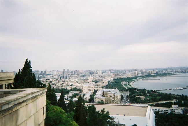 2004年の夏のアゼルバイジャン旅行記です(初日はトランジットでモスクワ1泊、また、途中グルジアを挟みます)。昔の手書き旅行日記を整理し、自分の備忘用兼ねて作成しました。<br /> <br /> 当時、アゼルバイジャンはまだ石油の大開発で潤う直前の時代(その始まりくらいの時代)で、今とは全く別世界だと思います。GDPでいうと、現在の2019年時点で2004年時の10倍以上だそうです!当時はまだ観光地化されていなくて、観光客にほとんど遭遇しないまま(日本人には1人も遭遇しないまま)、不自由ながら気ままに旅行できました。<br /> <br /> 世界最大の湖・カスピ海の素晴らしい眺め、石器時代の貴重な遺跡、絶品料理など楽しみました。<br /> <br /> 一方で!、ホテルぐるみでいかがわしい商売を斡旋していたことや、ほとんどお湯の出ないシャワー、地下鉄駅での警官による所持金検査、よくわからないホテルのシステム、夜になると街灯がなく真っ暗になること、ほぼすべての設備が故障している飛行機などなど、まだまだ旧態依然としたものも多くて貴重な体験?でした。外国人(東洋人?)がよほど珍しいらしく、子供が集団で後ろをついてきたり、現地の人に興味本位で話しかけられたりしたことも新鮮でした!<br /> <br /> また、この当時、まだ若かったので、「旅行で写真をパシャパシャ撮るのは邪道で、何かを感じることが大事だ」といった変な思い込みがあり、まともな写真を撮っていないことが、後の今となっては、強烈に後悔しています。また、もっと食に関心を持っていれば、もっと充実した旅だったのにという後悔もあります。<br /><br /> 以下がスケジュールです。<br /> このうち【アゼルバイジャン】の①と②と、その前の【ロシアでトランジット】がこの旅行記です。<br /><br />2004年<br />【ロシアでトランジット】<br />9/11 ≪成田空港→モスクワ≫ 赤の広場、モスクワ郊外の風景<br />9/12 ≪モスクワ→バクー(アゼルバイジャン)≫ アエロフロートで移動<br /><br />【アゼルバイジャン①】<br />9/12続き ≪モスクワからバクーへ到着≫ <br />9/13 ≪バクー≫ グルジアビザ発給や航空券購入に奔走、カスピ海クルーズ、旧市街・新市街散策<br />9/14 ≪バクー→トビリシ≫ 飛行機移動<br /><br />【グルジア(現ジョージア)】<br />9/14続き ≪バクーからトビリシへ到着~ムツヘタへ≫ ムツヘタ観光など<br />9/15 ≪トビリシ~ゴリ≫ 日帰りでゴリを訪問<br />9/16 ≪トビリシ→バクー(アゼルバイジャン)≫ バザールで危険な目に 飛行機移動<br /><br />【アゼルバイジャン②】<br />9/16続き ≪トビリシからバクーへ到着≫<br />9/17 ≪バクー~コブスタン、スムガイト≫ バクーから2か所日帰り旅行へ<br />9/18 ≪バクー≫ 市内散策など<br />9/19+1 ≪バクー→モスクワ経由成田空港≫ <br />