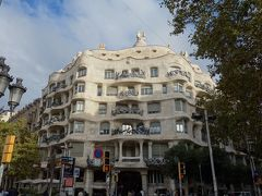 カサ・ミラを見る。なんど見ても特異な建物ですね。曲線美というのでしょうか。