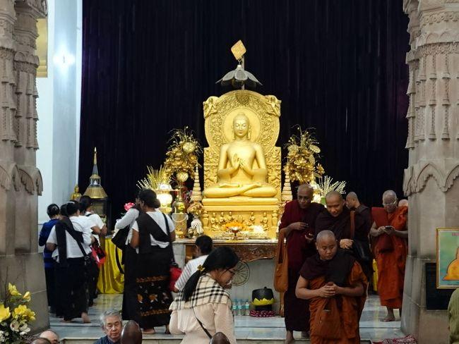 11月30日、ホテルで朝食、その後バスでサルナートに向います。<br />サルナートは仏教の創始者ブッタが悟りを開き、最初に説教をした初転法輪の地で、仏教四大聖地の一つになります。<br /> ちなみに仏教四大聖地とは以下の如くです。<br />  1ブッタ生誕の地      ルンビニ<br />  2悟りの地 (修行の地)  ブッタガヤ<br />  3初説法の地(仏教成立の地)サルナート<br />  4入滅の地         クシナガル<br />この4ヶ所を目指して世界中の仏教徒が集まって来ます。<br />私の亡き両親も、在家仏教のツアーに参加して訪問しました。<br /> 尚跡地は史跡公園として整備され(有料)中央に仏舎利を納めたダーメーク・ストゥーバー(6世紀にアショカ王により建立)が建っています。<br />当時建っていた大寺院は痕跡を留めるのみですが、近年の発掘調査では素晴らしい石仏が発見されています。<br /><br />   表紙は現地に建つムーラガンタ寺院の黄金のご本尊<br /><br />