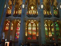 サグラダ・ファミリアの堂内に入る。大きなステンドグラスの窓が出来ていました。とっても明るい。