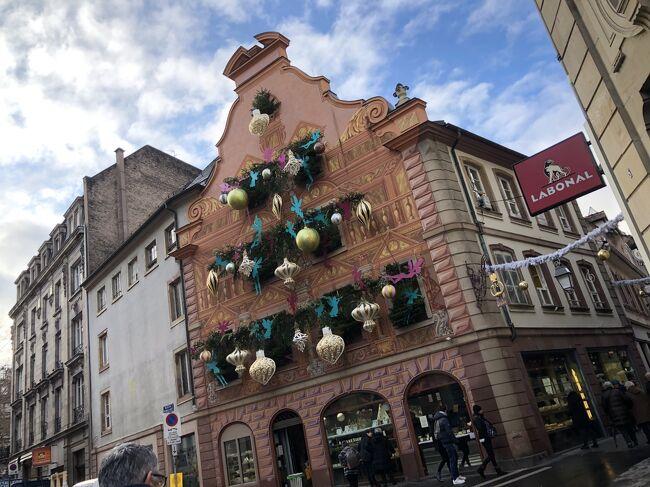 2019年12月10日(火)~15日(日)阪急トラピックス主催<br />「スイスインターナショナルエアラインズ利用 ドイツ黒い森地方と美しきアルザス地方 7つのクリスマスマーケット6日間」に参加しました。大好きなアルザス地方。1度は見たかった、本場ヨーロッパのクリスマスマーケット巡り。寒かったけれど念願が叶い、大満足です。<br /> 主な行程は以下の通りです。<br />1日目 10日(火)成田発スイスエアにてチューリッヒへ。<br />         バスにてミュールーズへ。<br />         クリスマスマーケット(以下CM)見学。<br />         ゴールデンチューリップミュールーズバーゼル宿泊<br />2日目 11日(水)エギスハイムにてCM見学、コルマールにてCM見学、<br />         リクヴィル CM見学、ストラスブールへ。<br />         7ホテル&フィットネス連泊<br />3日目 12日(木)ストラスブール市内散策、CM見学。 <br />         OPゲンゲンバッハCM見学<br />         ストラスブールにてディナー。<br />4日目 13日(金)シュツッツガルトCM見学。ラヴェンナ渓谷CM見学。<br />          チューリッヒへ。ドリントエアポート泊<br />5日目 14日(土)スイスエアにて成田へ<br />6日目 15日(日)成田着