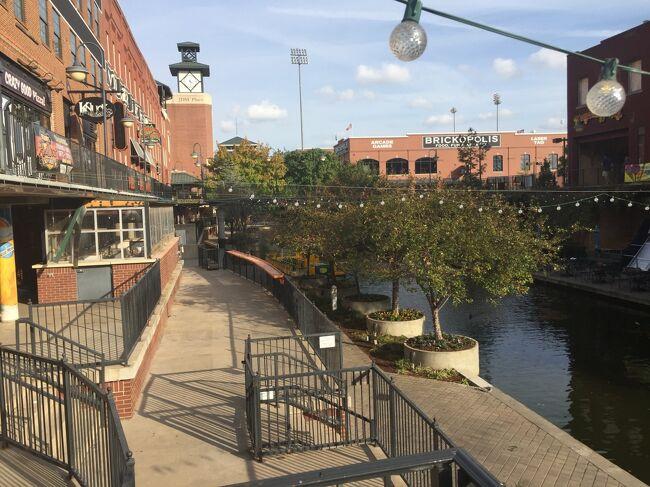 ダウンタウンで赤レンガの建物が集まるエリアで運河沿いには飲食店が並び華やかです。