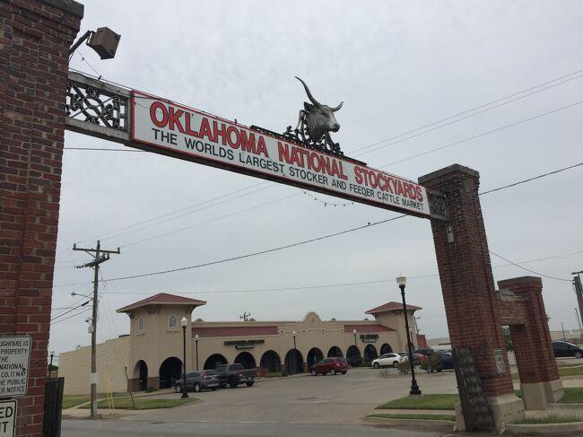 日本の築地が世界一の魚貝取引量のようにオクラホマのストックヤードは牛の取引量世界一。町には行列のステーキレストランやロデオ、カーボーイショップやお土産屋さんも並んでいる。