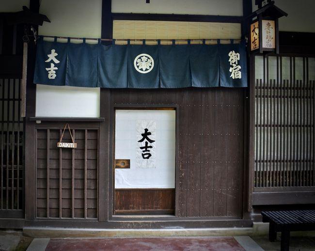 京都から名古屋まで新幹線、名古屋から中津川までJR中央本線で約1時間40分。<br /><br />ここで「飛騨牛」を食べる為にやってきました。わざわざ、飛騨牛を食べるだけの為にこんなに田舎に来る必要は無い訳で…<br /><br />もう一つの目的は、そうなんです。重要文化財の「馬籠宿(まごめじゅく)」「妻籠宿(つまごじゅく)」を見る為にやってきました。<br /><br />私がこの地を訪れたのは、7月第一週。九州は大雨でとんでも無い事になっていた時期でした。ただこの地は、曇ってはいましたが、雨に殆ど当たる事も無く、傘なしで十分に堪能できました。<br /><br />ホテル花更紗に宿泊していましたので、ここから「妻籠宿」までは、タクシーで11km、22分ほど掛かりました。<br /><br />時期が平日な上、天気が安定していない時期だったからか、ガラガラでした。<br /><br />妻籠宿は、長野県木曽郡にある中山道の日本で初の「重要伝統的建造物群保存地区」に指定されているので、馬籠宿の様にレストランやお土産屋が作られることは今後もないとのことです。<br /><br />江戸と京を結ぶ中山道は69次あり、妻籠宿は江戸から42番目。<br /><br />近いせいか、良く「馬籠宿」と比較されますが、<br /><br />●「馬籠宿(岐阜県)」の方は、かなり手前にあり、簡単に行き易く、観光化されて下り、レストラン、お土産や、カフェ等がたくさんあり、比較的、観光化されています。ただ坂が激しいので、暑い日など、ちょっと辛いかもです。<br /><br />●「妻籠宿(長野県)」の方は、更に人里離れ、かなり山奥にあり、お店もそれほど無く、静かに、昔の建物を楽しむと言った感じとなります。坂はなく、平地を淡々と歩く事になります。こちらは余りにも古く、手が余り掛けられていないので、まだまだオリジナルに近く、タイムスリップした感覚を味わえます。見た感じは、映画のセットの様で、実際に、1970年代に、勝新太郎がここで座頭市を撮影に訪れたそうです。ただ、ちょっと気になるのは...建物の前の道がコンクリート道な事。どうせならこの道も土あるいは砂利にしてくれた方がいい様な...
