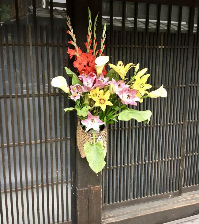京都から名古屋まで新幹線、名古屋から中津川までJR中央本線で約1時間40分。<br /><br />ここで「飛騨牛」を食べる為にやってきました。わざわざ、飛騨牛を食べるだけの為にこんなに田舎に来る必要は無い訳で...<br /><br />もう一つの目的は、そうなんです。重要文化財の「馬籠宿(まごめじゅく)」「妻籠宿(つまごじゅく)」を見る為にやってきました。<br /><br />私がこの地を訪れたのは、7月第一週。九州は大雨でとんでも無い事になっていた時期でした。ただこの地は、曇ってはいましたが、雨に殆ど当たる事も無く、傘なしで十分に堪能できました。<br /><br />ホテル花更紗に宿泊していましたので、ここから「妻籠宿」までは、タクシーで11km、22分ほど掛かりました。<br /><br />時期が平日な上、天気が安定していない時期だったからか、ガラガラでした。<br /><br />妻籠宿は、長野県木曽郡にある中山道の日本で初の「重要伝統的建造物群保存地区」に指定されているので、馬籠宿の様にレストランやお土産屋が作られることは今後もないとのことです。<br /><br />江戸と京を結ぶ中山道は69次あり、妻籠宿は江戸から42番目。<br /><br />近いせいか、良く「馬籠宿」と比較されますが、<br /><br />●「馬籠宿(岐阜県)」の方は、かなり手前にあり、簡単に行き易く、観光化されて下り、レストラン、お土産や、カフェ等がたくさんあり、比較的、観光化されています。ただ坂が激しいので、暑い日など、ちょっと辛いかもです。<br /><br />●「妻籠宿(長野県)」の方は、更に人里離れ、かなり山奥にあり、お店もそれほど無く、静かに、昔の建物を楽しむと言った感じとなります。坂はなく、平地を淡々と歩く事になります。こちらは余りにも古く、手が余り掛けられていないので、まだまだオリジナルに近く、タイムスリップした感覚を味わえます。見た感じは、映画のセットの様で、実際に、1970年代に、勝新太郎がここで座頭市を撮影に訪れたそうです。ただ、ちょっと気になるのは...建物の前の道がコンクリート道な事。どうせならこの道も土あるいは砂利にしてくれた方がいい様な...