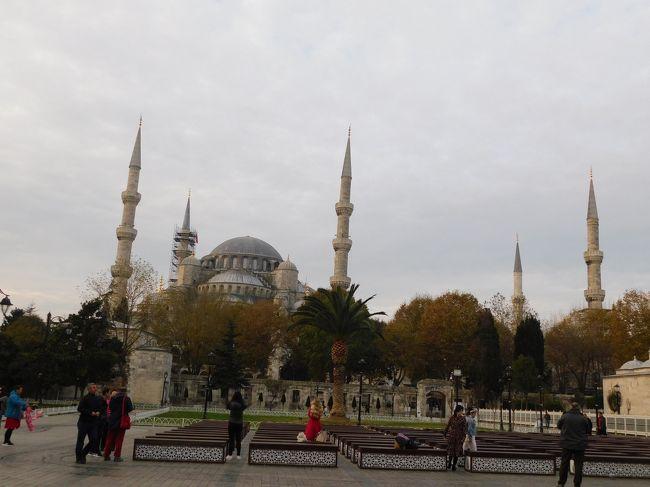 ターキッシュエアラインズで行くトルコ カッパドキア2日、イスタンブール1日 往復ともに機内泊なので、2泊5日とか言う今まで経験したことのない日程になりました<br /><br />カッパドキアでは洞窟ホテルに泊まって、不思議な地形を見て、気球からの日の出フライトを満喫しました<br />ずっと行きたかったヨーロッパとアジアの融合の地イスタンブール モスクや宮殿も素敵すぎました<br />親日国で日本語が喋れる人がいっぱい だけど、テロとか周辺国のせいで日本人観光客は少なかったです<br /><br />●ターキッシュエアラインズ 成田~イスタンブール~カッパドキア・新空港Miles&amp;Smilesラウンジ https://4travel.jp/travelogue/11573392<br />●カッパドキア1日目☆ラブバレー・レッドバレー・チャウシン村・鳩の谷・カイマクル地下都市・ギョレメ https://4travel.jp/travelogue/11575177<br />●カッパドキアの気球☆不思議な地形の世界遺産を空中散歩 https://4travel.jp/travelogue/11570371<br />●カッパドキア2日目☆ウチヒサール城砦・ギョレメパノラマ・ギョレメ野外博物館・パシャバー・アヴァノス・デヴレント https://4travel.jp/travelogue/11580322<br />●イスタンブール1☆ブルーモスク・アヤソフィア・地下宮殿・ガラタ塔 https://4travel.jp/travelogue/11580350<br />●イスタンブール2☆トプカプ宮殿・ハレム・考古学博物館 https://4travel.jp/travelogue/11582171