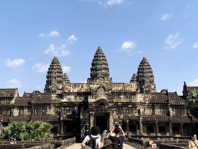 カンボジアのシェムリアップにある世界遺産アンコールワットを訪れました!言わずと知れたクメール王朝の最高傑作のヒンズー&仏教寺院で、死ぬまでに行きたい世界遺産ランキングで常連の大型遺跡です。乾季のシェムリアップはとても暑くて日差しが強かったですが、青空の下でアンコールワット遺跡を見られたのは最高でした!