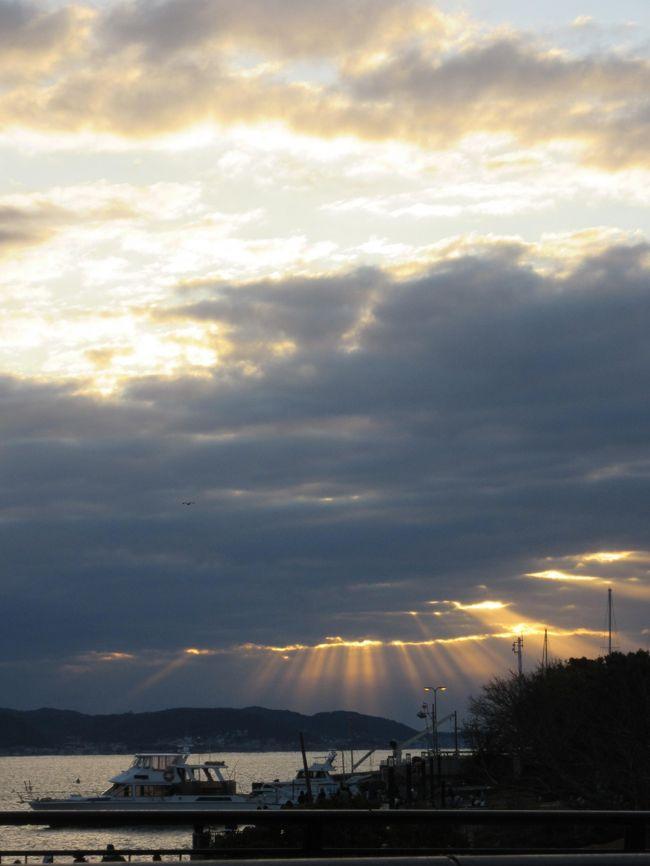 2020年の初日の出を江の島で・・と思い出かけてみました。<br />ところが、その時刻東の空は雲が覆ってる。6時51分残念。<br /><br />帰り際、雲の間に間から光が・・素敵! 何枚か撮ってみました・・<br />みなさん同じショットで拡散されてるかもネ・・