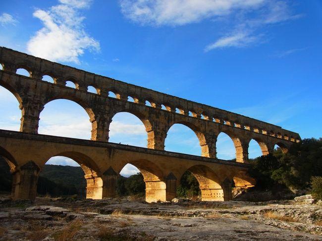 初めて南フランスを旅しました。<br /><br />絶景の世界遺産という本に載っていた行程を参考に、トゥールーズ2泊、ニーム2泊し、その近郊へ足を延ばしました。<br />フランスでは、ちょうど大規模なストライキが行われていたため、予定していた列車が次々にキャンセルされ、急遽バスを予約しなければならなかったりと、なかなか大変でしたが、行くつもりだった場所は何とか訪れることができました。<br /><br />1日目 トゥールーズ到着 午後、トゥールーズ市内を観光 トゥールーズ泊<br />2日目 朝 トゥールーズを観光 午後、カルカッソンヌへ トゥールーズ泊<br />3日目 トゥールーズからバスでニームへ移動 ニーム市内を観光 ニーム泊<br />4日目 ニーム散策 バスでポンデュガール、アヴィニヨンへ ニーム泊<br />5日目 ニームからバスでマルセイユ空港へ マルセイユから出発<br /><br />4日目は、朝はニームパスで観光できる、マーニュの塔へ登った後、路線バスを使って、ポンデュガールへ向かいました。<br />